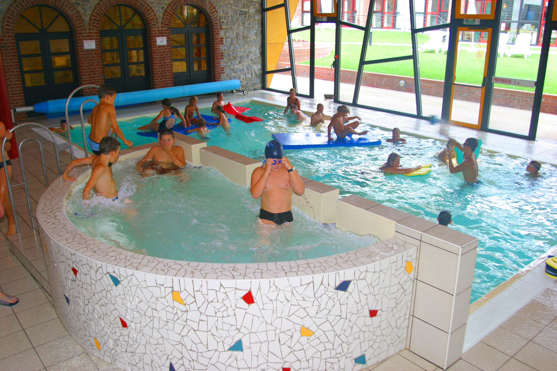piscine avec des enfants